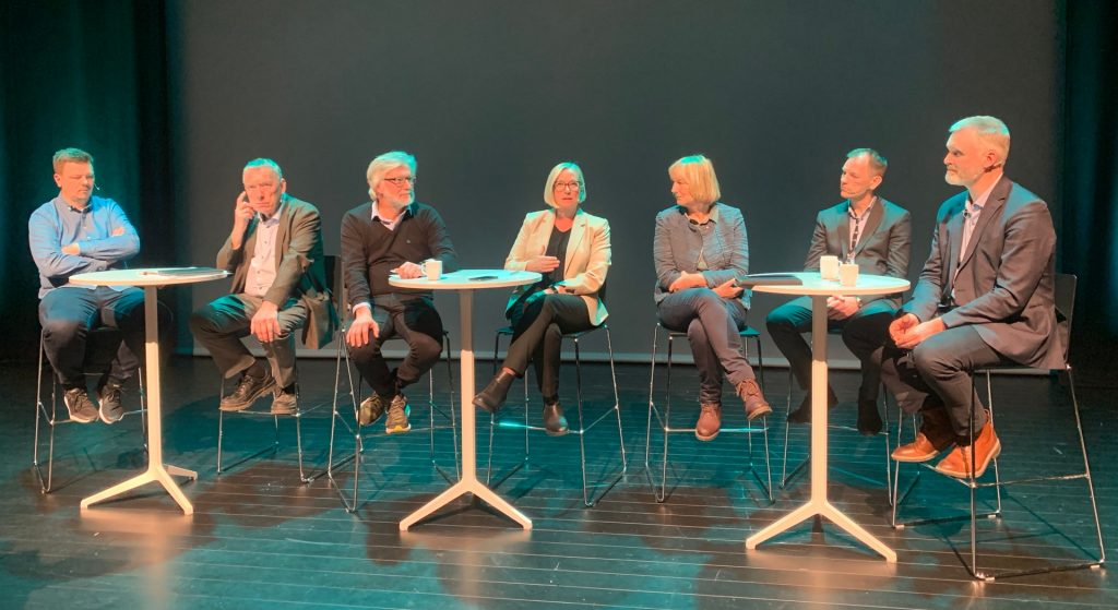 Bildet viser stortingsrepresentanter og andre deltakere i paneldebatt om Trønderbanen.