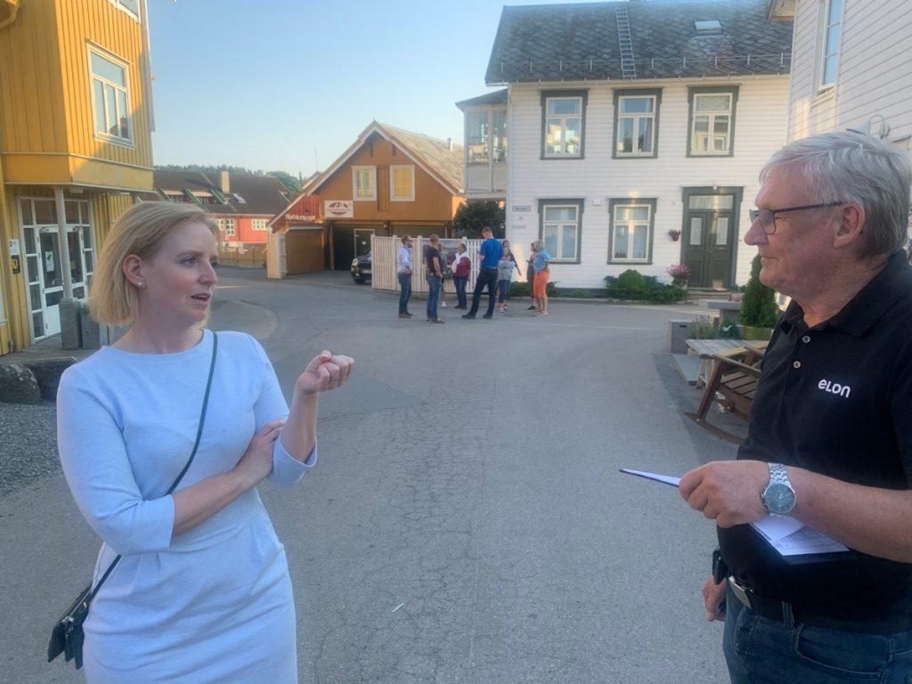 Ordfører Ida Stuberg og Hugo Nilsen på befaring i Straumen sentrum.