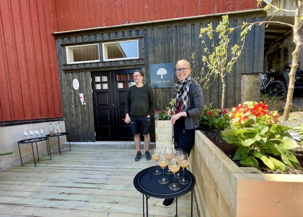 Inderøy Mosteri holder åpen gårdsbutikk i sommer og har leskende drikker i sitt sortiment.